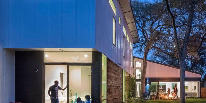 طراحی خانه L شکل که شرایط را برای تفریحات در محیط داخلی و خارجی فراهم کرده است