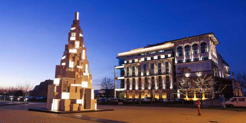 طراحی درخت کریسمس قابل بازیافتی از جعبههای نورانی در بوداپست / شرکت معماری هلو وود