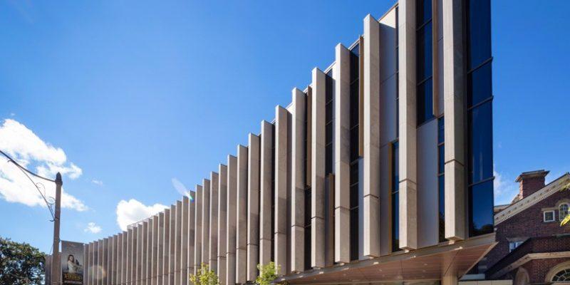معماری و طراحی دانشکده حقوق دانشگاه تورنتو مانند یک پاویون درخشان