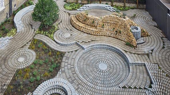01 طراحی باغچه گالری ؛ ترکیب دایره های آجری چرخان در طراحی باغچه گالری جنوب لندن ؛ بازسازی باغچه
