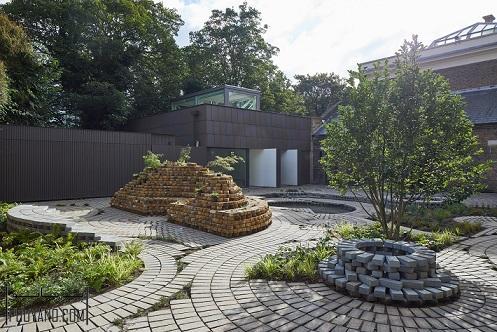02 طراحی باغچه گالری ؛ ترکیب دایره های آجری چرخان در طراحی باغچه گالری جنوب لندن ؛ بازسازی باغچه ؛ طراحی محوطه