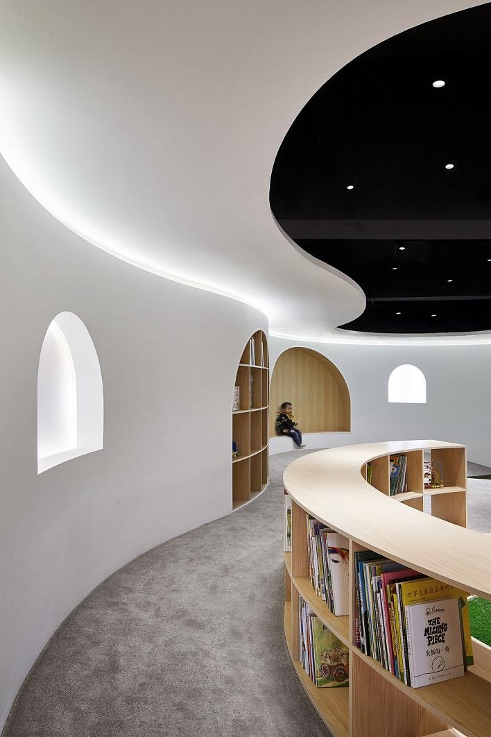 کنج هایی کرو و پوشیده شده از چوب، فضاهای مخصوص مطالعه را در کتابخانه مخصوص کودکان در شانگهای خلق کرده اند