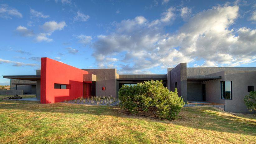 دیوار قرمز رنگ در نمای خانه
