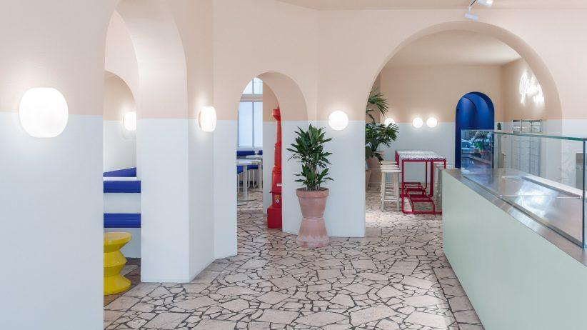 طراحی داخلی رستوران LA Poke ، از فرمها و رنگهای متعلق به نقاشیای از «دیوید هاکنی»