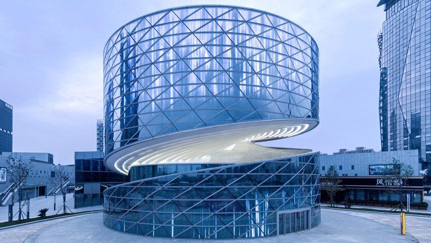 پلکان مارپیچ حول قطر ساختمان شیشه ای