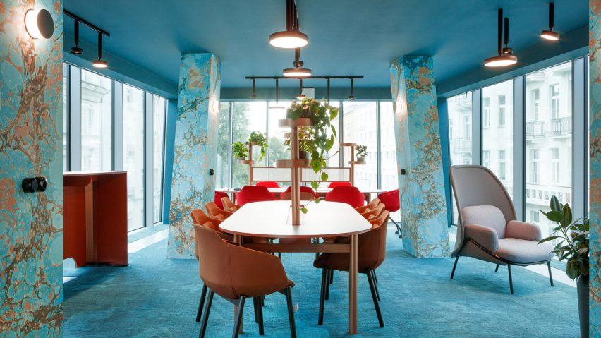 رنگ زمرد کبود در طراحی داخلی فضای کار