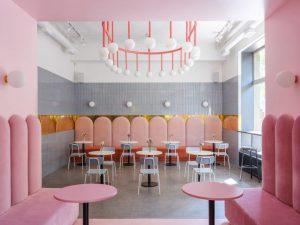 طراحی داخلی کافه با رنگ های صورتی و آبی