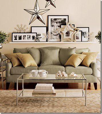 در پشت کاناپه می توانید از شلف ها و طاقچه های دیواری استفاده کنید و تابلوها را بر روی آن قرار دهید