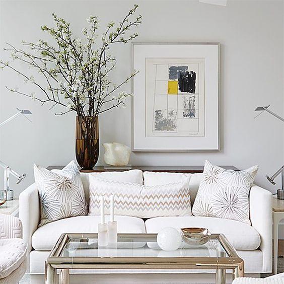 تزیین دیوار پشت کاناپه می تواند جلوه کاناپه را افزایش دهد