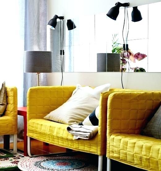 آینه یکی از انتخاب های کلاسیک است که برای تزیین دیوار پشت کاناپه مورد استفاده قرار می گیرد
