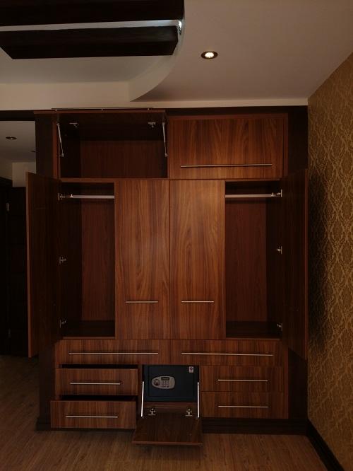 کمد، آسانسور، شیرآلات و فضای داخل کابینت ها را مشاهده کنید.