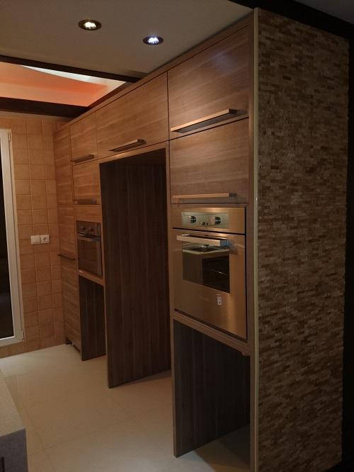 سطح کناری کانتر آشپزخانه که رو به بیرون دارد از سنگ دکوراتیو تشکیل شده است