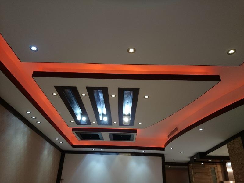 نورپردازی سقف آشپزخانه به کمک لامپ هالوژن صورت گرفته است.