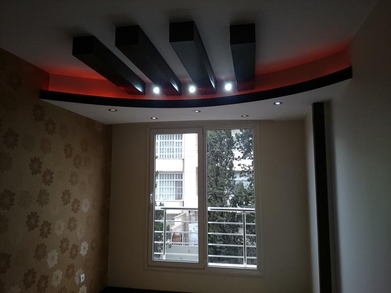 سقف کاذب سالن و اتاق ها به صورت منحنی اجرا شده و دارای نور مخفی قرمز رنگ است.