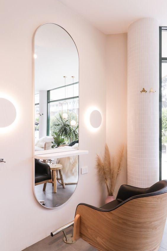 معمولا در دکوراسیون آرایشگاه ها از صندلی های چرخان و آینه هایی در سایزهای متوسط و قدی استفاده می شود.