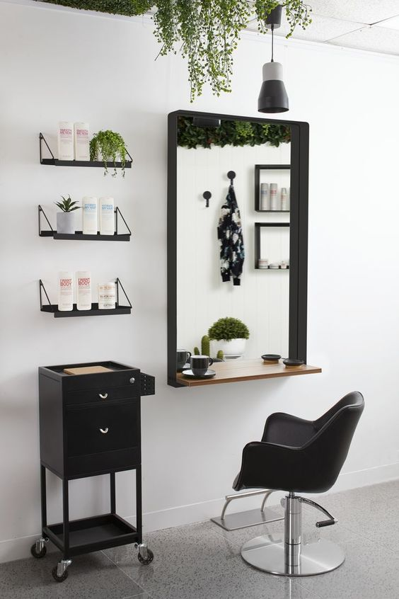 برای دکوراسیون آرایشگاه از آینه های باکیفیت استفاده کنید.