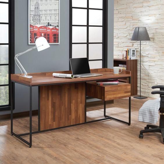 چراغ مطالعه و نوری که برای روشن کردن میز کار و مطالعه مورد استفاده قرار می گیرد،