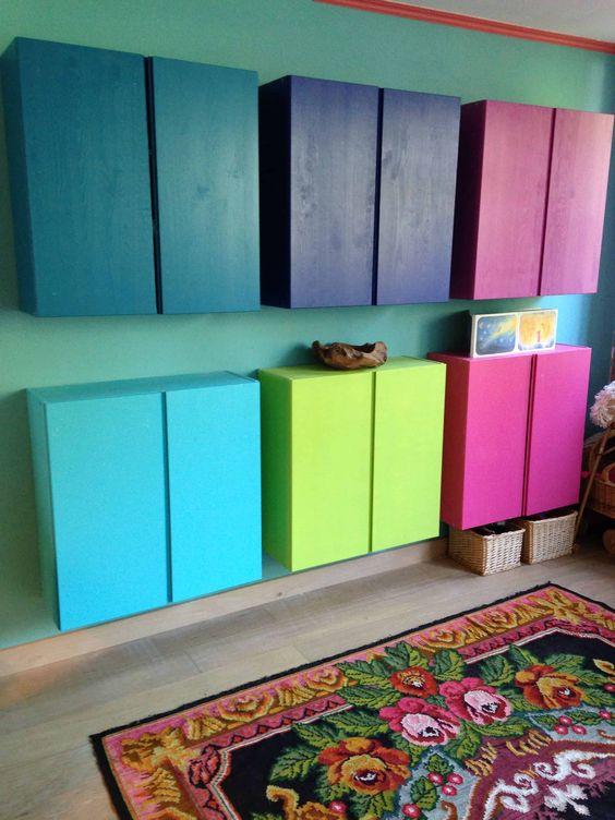 مبلمان چوبی رنگارنگ