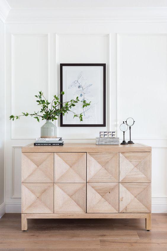 مبلمان چوبی با رنگ طبیعی که نمادی از سادگی به شمار می روند