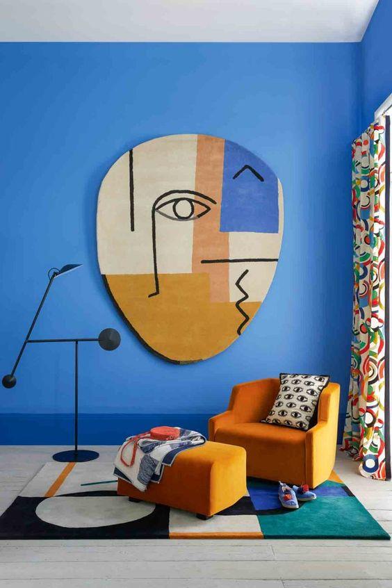رنگ های موجود بر روی دیوار و یا دکوراسیون در راستای رنگ های همین نقاشی و اثر هنری باشند،