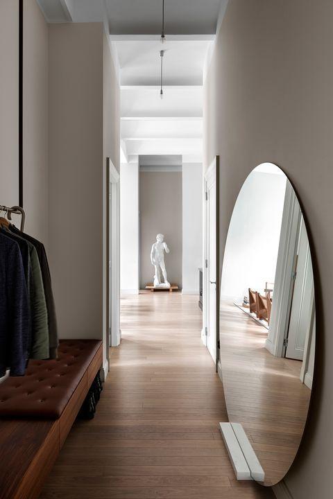 ترکیب راهرو های موجود در خانه با مجسمه های هنری