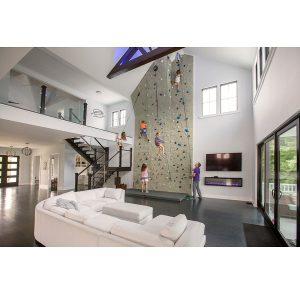 طراحی دیوار صخره نوردی در قلب اتاق نشیمن، یک اتفاق عجیب و جذاب در دکوراسیون منزل!