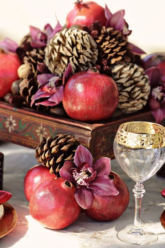 یکی از همنشین های خوب انار در چیدمان یلدا میوه درخت بلوط است