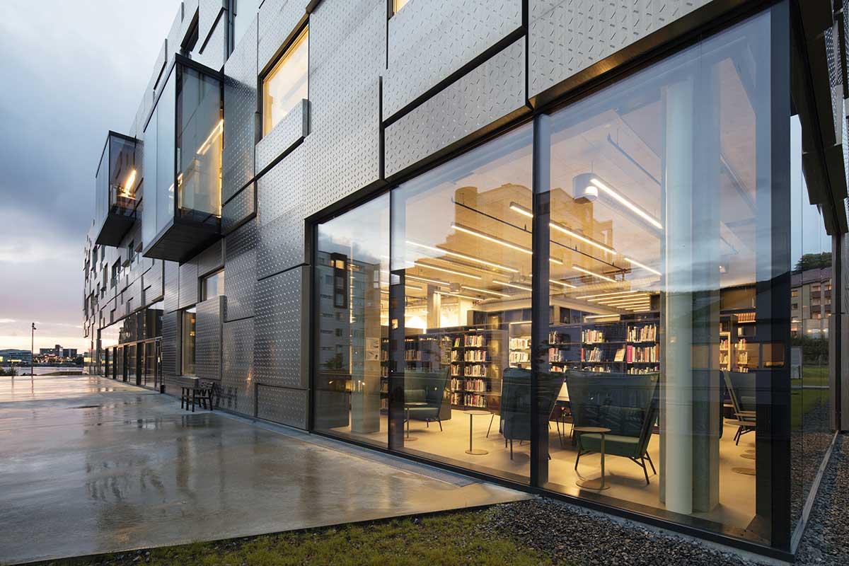 طراحی این بنا منطبق بر دو محور صورت گرفته است