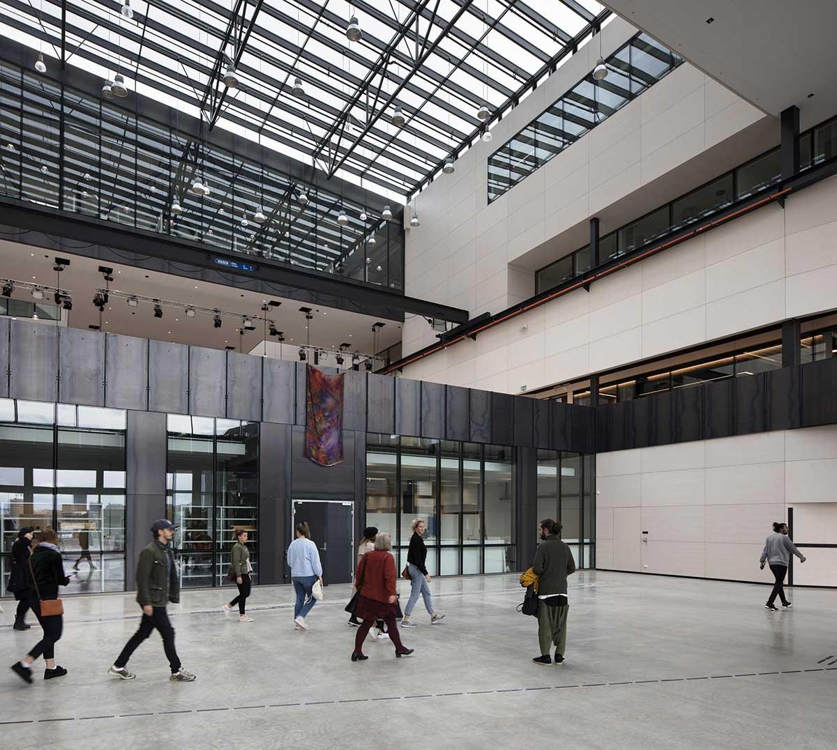 طراحی سالن نمایشگاه به شکل کامل در حوزه عمومی دانشکده قرار گرفته تا رخدادهای نمایشگاهی و گالری در معرض دید همه مردم باشد.