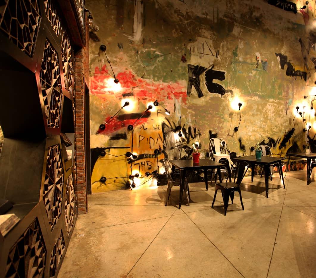 فود کورت آدرس، یکی از فود کورت های جذاب شهر تهران است که در خیابان فرشته قرار دارد.