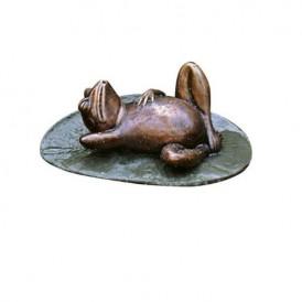 مجسمه قورباغه تنبل حوض آب