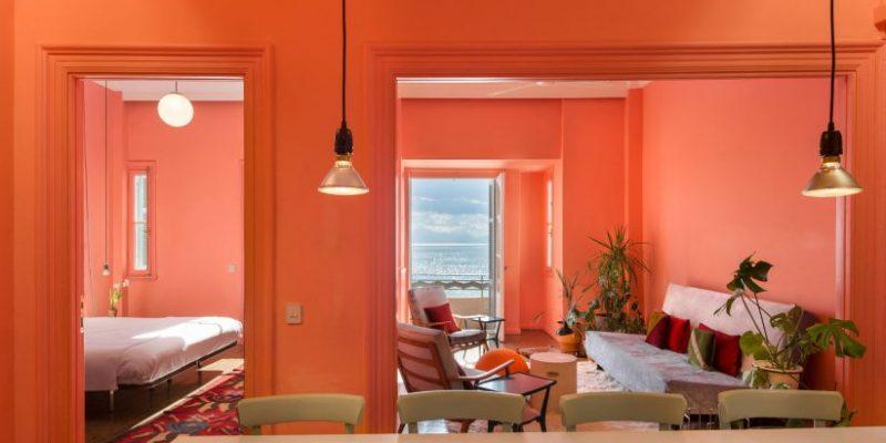 طراحی داخلی آپارتمان ساحلی «نیکیس» با دیوارهایی در رنگ صورتی، سبز و آبی / Stamatios Giannikis
