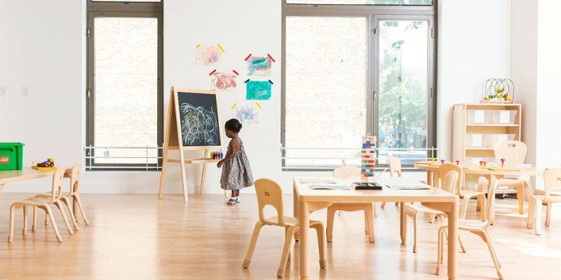 طراحی داخلی مهد کودک با فضای چوبی گرم در بروکلین
