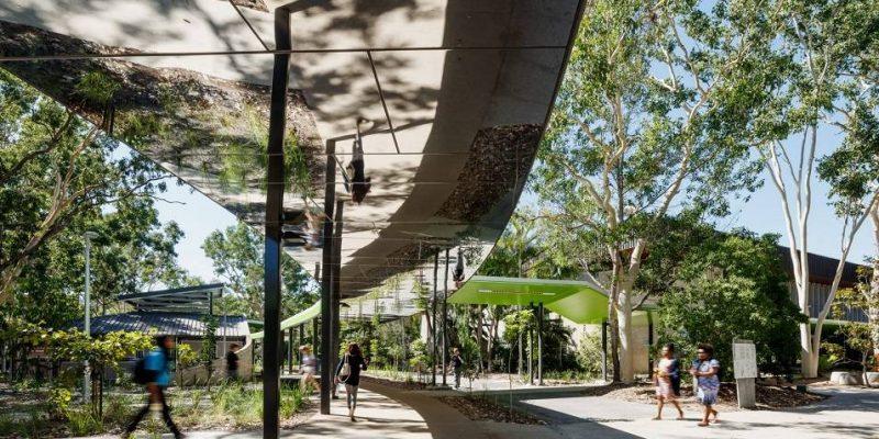 سقف آینه ای در مسیر مدور محوطه داخلی دانشگاه استرالیایی
