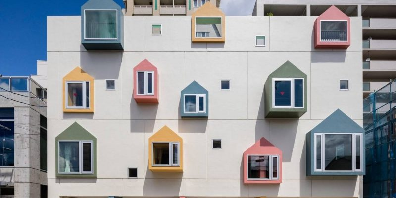 طراحی نمای مهد کودک با پنجره های رنگارنگ در شمال ژاپن
